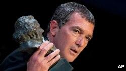 عکسی از «آنتونیو باندراس» که در اسکار اسپانیایی موسوم به جشنواره گویا، جایزه افتخاری دریافت کرد.