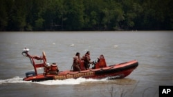Tim SAR Malaysia mencari penumpang kapal terbalik yang hilang (18/6).