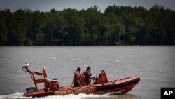 Nhân viên cứu hộ tìm kiếm các nạn nhân vụ đắm tàu ngoài khơi bờ biển phía tây Malaysia, ngày 18/6/2014.