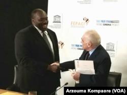 Aboubakar Sanogo, secrétaire regional de la FEPACI serrant la main de Martin Scorsese