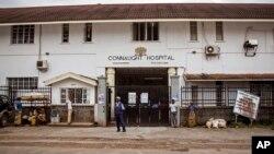 Petugas keamanan menjaga rumah sakit Connaught tempat perawatan penderita ebola di Freetown, Sierra Leone (15/8).