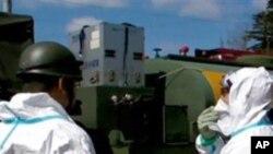 방사능 누출을 검사하는 일본 기술자들