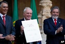آنتونیو لوبو آنتونس نویسنده پرتغالی هنگام دریافت جایزه ادبی کاموئس