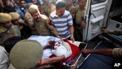Pakistani prisoner Sanaullah Ranjay is carried on a stretcher to be shifted to another city for treatment, in Jammu, India, May 3, 20130.