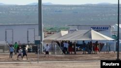 Archivo. Hijos de inmigrantes detenidos juegan al fútbol en una carpa en Tornillo, Texas, el 18 de junio de 2018.