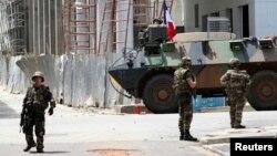 Des soldats français déployés sur une rue du Plateau d'Abidjan, près de l'hôtel Novotel, Abidjan, Côte d'Ivoire, 7 avril 2011.