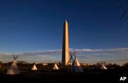 Manifestantes protestam junto ao Monumento a Washington a construção do oleoduto de Dakota. Março 8, 2017.