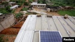 Un panneau solaire sur le toit d'une maison, à la périphérie extérieure d'Abidjan, en Côte d'Ivoire, le 18 décembre 2017. . REUTERS/Thierry Gouegnon - RC11F28C8AB0