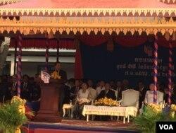 លោកនាយករដ្ឋមន្ត្រី ហ៊ុន សែន ជាប្រធានគណបក្សប្រជាជនកម្ពុជា ផ្តល់សុន្ទរកថា នៅក្នុងពិធីរំឮកខួបទី៣៧ឆ្នាំ នៃថ្ងៃជ័យជំនះ ៧ មករា ឆ្នាំ១៩៧៩ នៅឯទីស្នាក់កណ្តាលនៃគណបក្សប្រជាជនកម្ពុជានៅព្រឹកថ្ងៃ ព្រហស្បតិ៍ ទី ៧ មករា ឆ្នាំ ២០១៦។ (ហ៊ុល រស្មី/VOA Khmer)