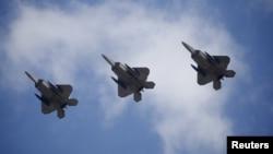 2月17日美國空軍F-22戰機飛越南韓基地資料照。