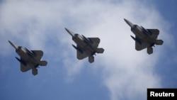Aviones estadounidenses bombardearon posiciones del grupo Estado islámico en Libano, matando a unas 40 personas.