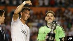 Cristiano Ronaldo e Iker Casillas celebran la Copa Guinness ganada al derrotar al Chelsea de Mourinho.