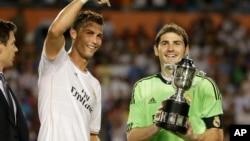 """Cristiano Ronaldo et le gardien Iker Casillas ont décroché l' """"International champions cup"""" le 7 août 2013, à Miami Gardens, en Floride (AP / Wilfredo Lee)"""