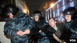 Polisi Rusia menahan seorang aktivis yang melakukan unjuk rasa anti-Putin di Moskow (6/12).