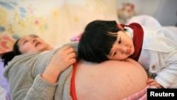 La famille de Li Yan était la première à recevoir un permis de naissance pour avoir un 2e enfant dans la province de dans la province chinoise d'Anhui. photo prise le 20 février 2014.