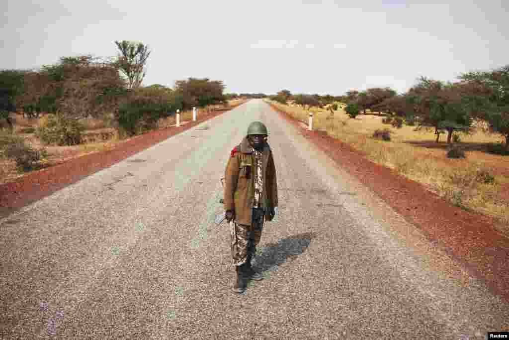 27일 말리 세바레 외곽을 순찰 중인 정부군 병사.