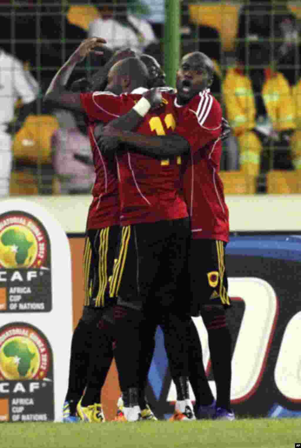 Jogadores celebram um golo de Angola, durante o primeiro jogo das Palancas Negras, no CAN 2012, no Estádio de Malabo, a 22 de Janeiro