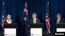 Menlu AS Hillary Clinton, Menteri Pertahanan Australia Stephen Smith dan Menteri Pertahanan AS Leon Panetta (dari kiri ke kanan) menggelar jumpa pers di Kings Park, Perth, Australia (14/11).