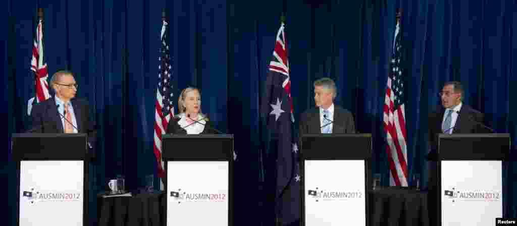 ທ່ານ Bob Carr ລັດຖະມົນຕີກະຊວງການຕ່າງປະເທດອັອສເທຣເລຍ ແລະ ທ່ານນາງ Hillary Clinton ລັດຖະມົນຕີກະຊວງການຕ່າງປະເທດສະຫະລັດ, ທ່ານ Stephen Smith ລັດຖະມົນຕີກະຊວງປ້ອງກັນປະເທດ ອັອສເທຣເລຍ ແລະ ທ່ານ Leon Panetta ລັດຖະມົນຕີກະຊວງປ້ອງກັນປະເທດສະຫະລັດ (ຈາກຊ້າຍຫາຂວາ) ຈັດກອງປະຊຸມຖະແຫລງຂ່າວ ທີ່ ສູນຈັດງານລ້ຽງຕ້ອນຮັບທາງການ ໃນ Kings Park ຢູ່ເມືອງ Perth ໃນວັນທີ 14 ພະຈິກ 2012.