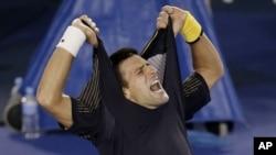 Petenis Serbia Novak Djokovic merayakan kemenangannya atas Stanislas Wawrinka dari Swiss dalam pertandingan putaran keempat Australia Terbuka yang panjang dan menegangkan, 2013.