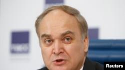 El embajador de Rusia en EE.UU., Anatoly Antonov, habla a los medios durante una conferencia de prensa en Moscú.
