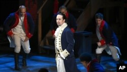 El show producido, dirigido y protagonizado por Lin Manuel Miranda, es un musical con canciones hip hop sobre Alexander Hamilton, uno de los fundadores de Estados Unidos.