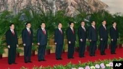 中共17大后九常委亮相,左一为当时的公安部长周永康