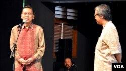 Wapres Boediono (kiri) didampingi Butet Kartarejasa (kanan) memberikan sambutan saat berkunjung di Padepokan Seni Bagong Kussudiardjo, Kamis, 10 Juli 2014 (Foto: VOA/Munarsih).