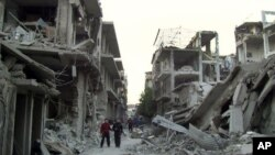 Suriye hava saldırılarında yıkılan Humus kentindeki bir mahalle