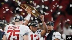 阿拉巴马大学美式橄榄球队的四分卫塔格维洛瓦高举冠军杯。(2018年1月8日)