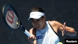 Petenis China, Zhang Shuai, memukul kembali bola tenis dalam pertandingan melawan Denisa Allertova dari Republik Cheko, di Australia Terbuka, Melbourne, 17 Januari 2018. (REUTERS/Toru Hanai)