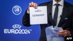 Presiden UEFA Aleksander Ceferin menunjukkan kartu bertuliskan 'Jerman' yang terpilih sebagai tuan rumah turnamen sepak bola Piala Eropa 2024, 27 September 2018.