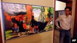 """Seorang pria Pakistan melihat poster serial animasi """"Burka Avenger"""" di sebuah kantor di Islamabad, Pakistan (24/7). (AP/Anjum Naveed)"""