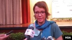 Romina De Jong, Chairman of EuroCham Green Biz Committee, speaks to reporters on Thursday April 27, 2017. (Ith Sothoeuth/VOA Khmer)