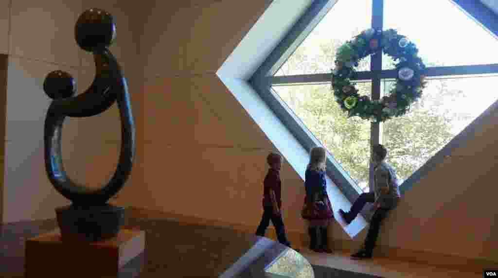 凯西兄妹在医院圣诞花环前(美国之音国符拍摄)