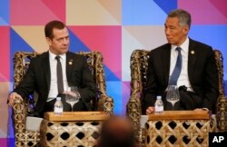 Russian Prime Minister Dmitry Medvedev and Singapore Prime Minister Lee Hsien Loong, right, listen during a ABAC dialogue at the Asia-Pacific Economic Cooperation (APEC) summit in Manila, Philippines, Nov. 18, 2015.