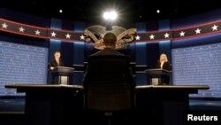 26일 힐러리 클린턴 민주당 대통령 후보와 도널드 트럼프 공화당 후보의 첫 TV토론이 진행될 미국 뉴욕 호프스트라 대학교에서 전날 학생들이 리허설을 진행하고 있다.