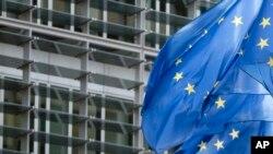 欧盟旗帜在布鲁塞尔总部大厦外飘扬。