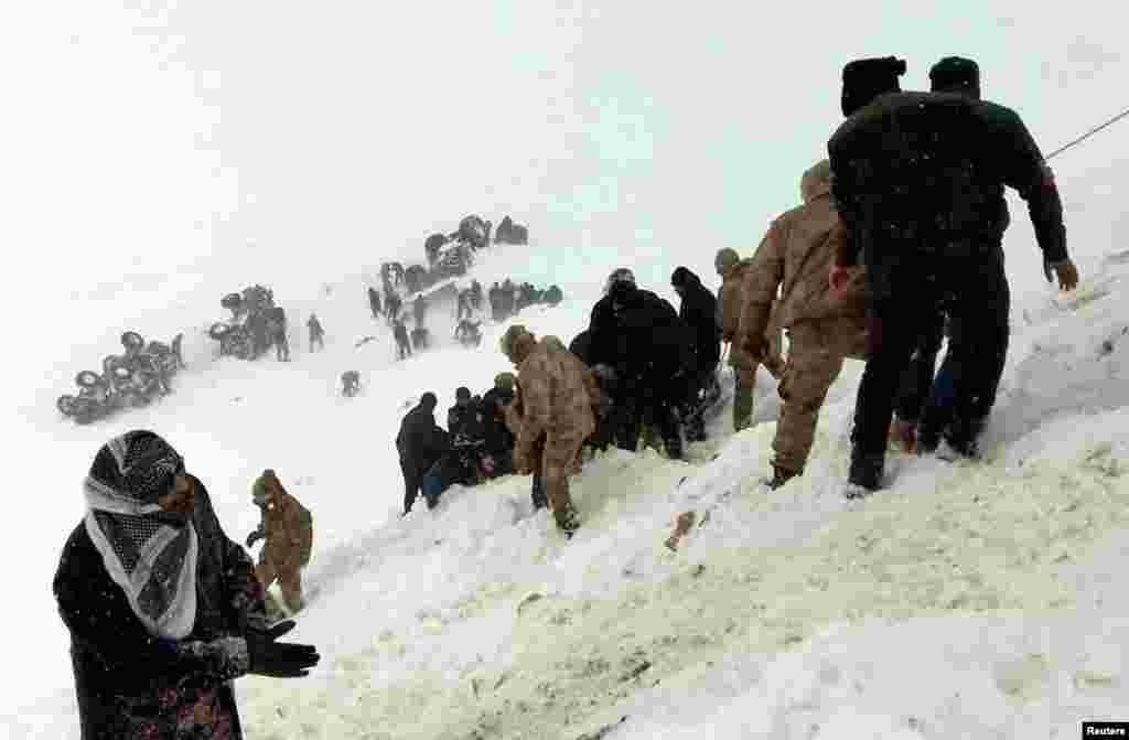 Türkiyə - Van vilayətində qar uçurumunun altında qalanlar axtarılır