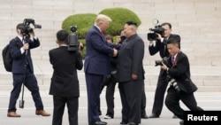 特朗普總統與金正恩6月30日在板門店握手資料照。