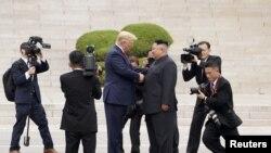 特朗普总统与金正恩6月30日在板门店握手。