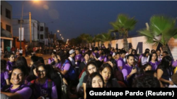Fieles se reúnen a las afueras de la base aérea de Las Palmas antes de la misa que celebrará el domingo el Papa Francisco, en Lima, Perú, 20 de enero de 2018. REUTERS/Guadalupe Pardo