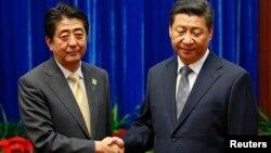 日本首相安倍(左)與中國國家主席習近平(右)11月10日在北京的亞太經合會(APEC)期間舉行了眾所矚目的首腦會談。