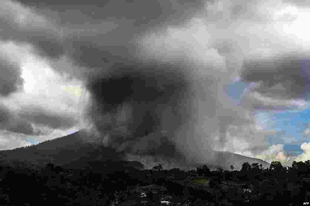 ភ្នំភ្លើង Sinabung ផ្ទុះបញ្ចេញផេះនៅក្នុងក្រុង Karo ខេត្ត North Sumatra ប្រទេសឥណ្ឌូនេស៊ី។