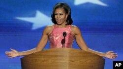 امریکی خاتون اول مشیل اوباما شارلیٹ میں ڈیموکریٹک نیشنل کنونشن میں تقریر کرتے ہوئے