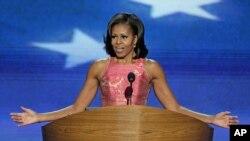 Ðệ nhất Phu nhân Michelle Obama đọc bài diễn văn mang tính cách cá nhân và đôi lúc đầy xúc động, nói lên tự tấm lòng về chồng bà, về gia đình bà và về những giá trị mà họ đã tìm cách quảng bá trong 4 năm qua tại Tòa Bạch Ốc