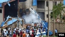 Warga Nigeria di negara bagian Kaduna mengunjungi lokasi salah satu gereja yang terkena serangan bom (17/3).