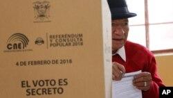 Un hombre emite su voto durante un referéndum constitucional convocado por el presidente Lenin Moreno en Quito, Ecuador, el domingo 4 de febrero de 2018.