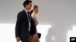 Jared Kushner camina en la Casa Blanca junto a su esposa Ivanka Trump. Una comisión del Senado planea interrogarlo sobre las relaciones entre el equipo de transición de Trump y funcionarios rusos.