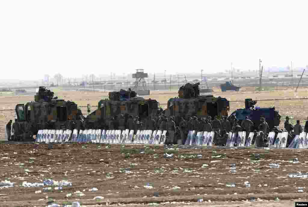 2014年9月22日土耳其士兵在土耳其 - 叙利亚边境附近的桑尼乌法省叙吕奇镇站岗